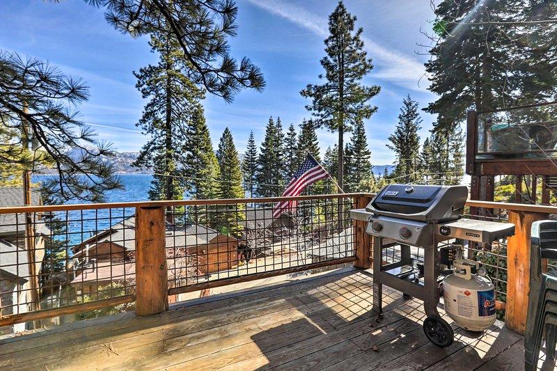 Esta cabaña cuenta con 2 dormitorios, 2 baños y fantásticas vistas al lago Tahoe.