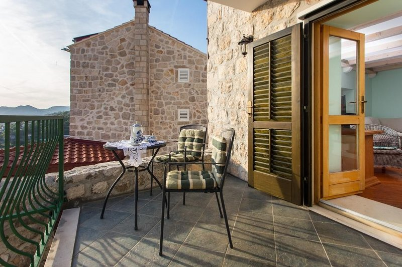 Apartment Little House - Triplex Two-Bedroom Apartment with Balcony and Sea View, casa vacanza a Celopeci