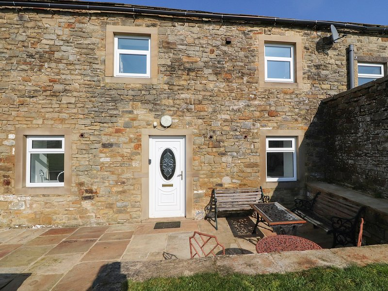 NIFFANY BARN, pet friendly, character holiday cottage, with a garden in, holiday rental in Embsay