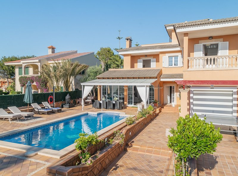 Villa Bruno, aire acondicionado, piscina, barbacoa, wifi,  parking, a 400 m de, holiday rental in Santa Ponsa