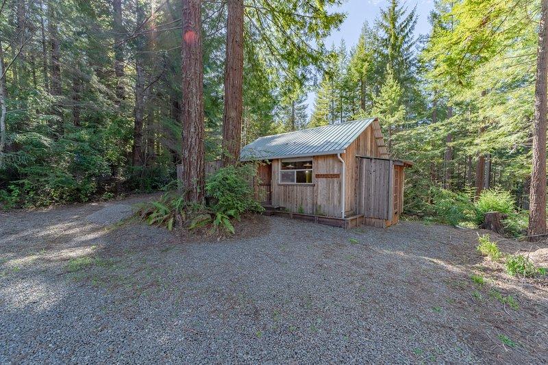 Rustic cabin w/deck, BBQ - beneath a canopy of redwood trees!, location de vacances à McKinleyville