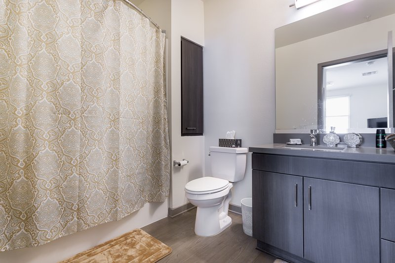 The Brand 2 Bedroom 2 Bathroom Lux Apartment, holiday rental in Glendale