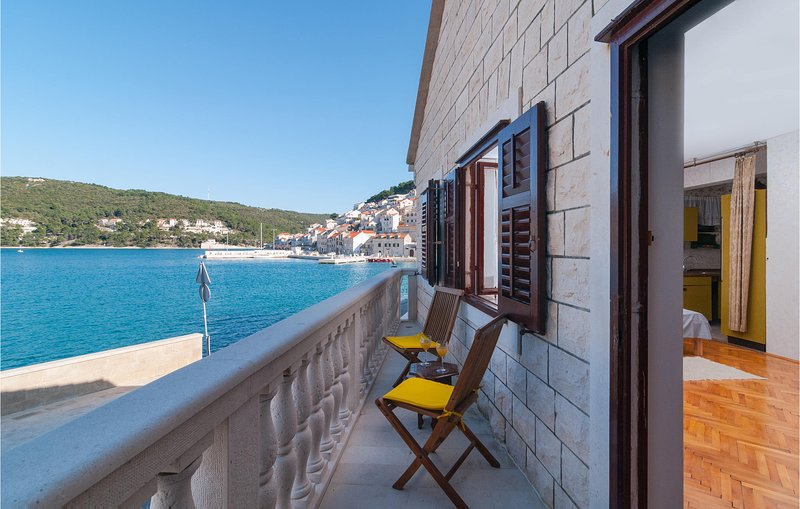Awesome home in Pucisca with WiFi and 2 Bedrooms (CDB653), casa vacanza a Gornji Humac