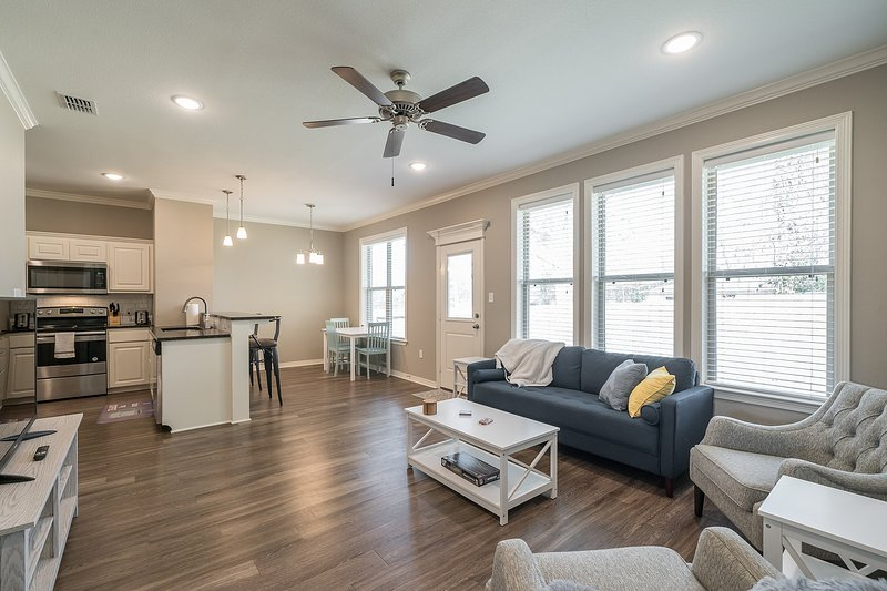 Stylish modern new construction house, near colleges and hospitals, 4K TV, holiday rental in Tyler