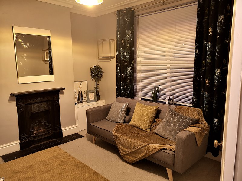 Cozy 2 bed home in Cardiff Whitchurch Village, holiday rental in Cardiff