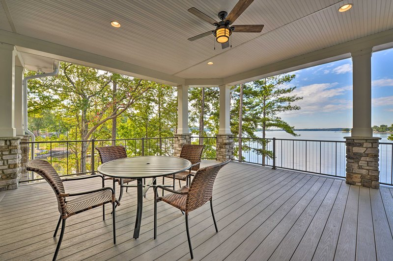 Waterfront Lake Norman House with Private Deck!, holiday rental in Lake Norman