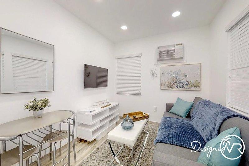 CHIC & FASHIONABLE 1 BEDROOM APT BEACH UNIT # 4, holiday rental in Dania Beach