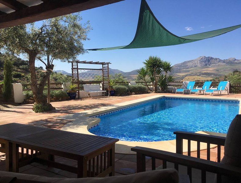 Beautiful Restored Farmhouse, Private Pool, Malaga – semesterbostad i Casabermeja