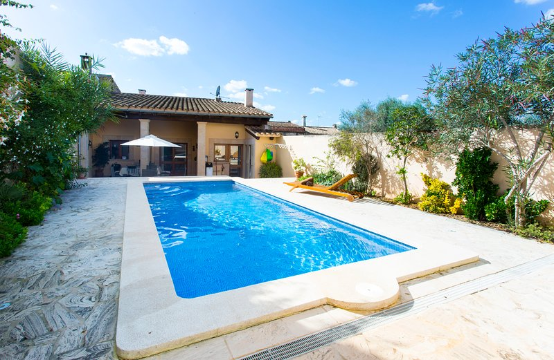 Spacious villa with swimming-pool, holiday rental in Maria de la Salut