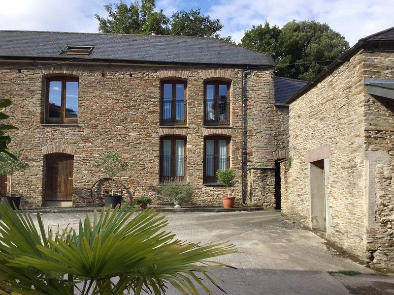 MIXIT COTTAGE, smart converted barn with indoor swimming pool and games room, vacation rental in Kingsbridge
