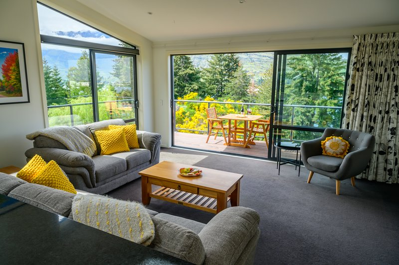 Jewel of Quartz | BBQ | Lake and Mountain Views, holiday rental in Lower Shotover
