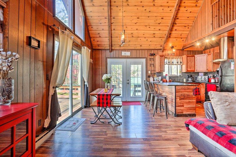 La spacieuse cabine du lac Ariel est meublée avec goût de la pointe à la queue!