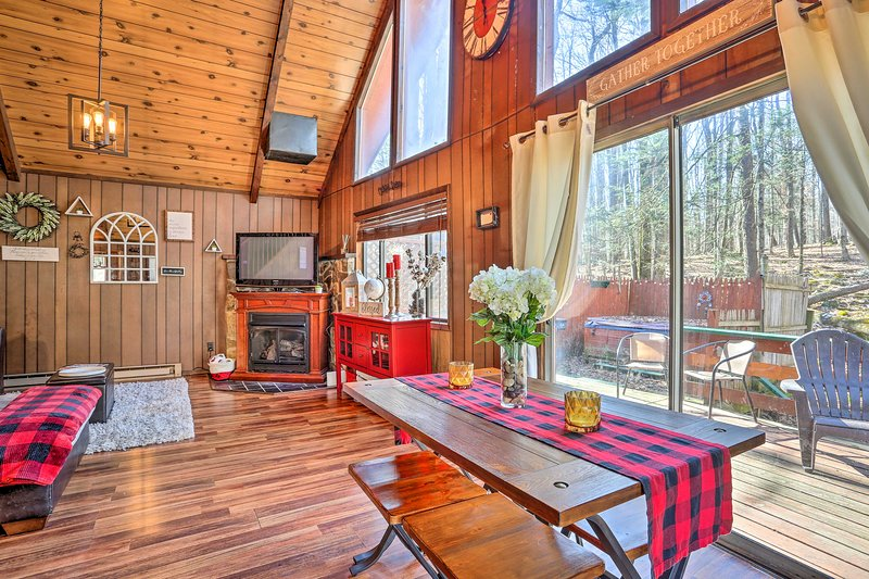 NEW! Chic Poconos Chalet with Deck + Lake Access!, location de vacances à Lakeville