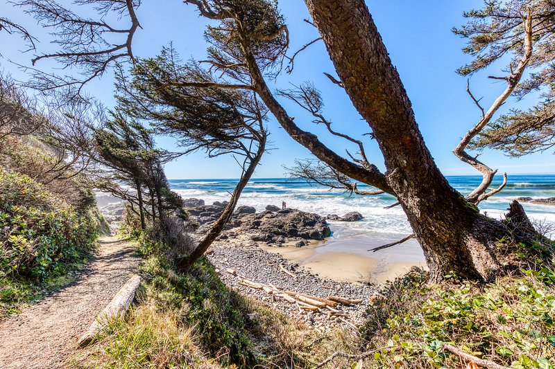 12 oceanfront, dog-friendly cottages w/easy beach access - room for large groups, location de vacances à Waldport