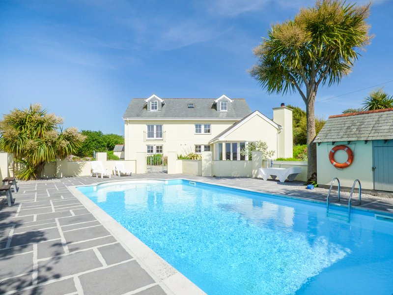 RAINBOWS END HOUSE, outdoor swimming pool, open plan, near Marazion, Ref 959451, Ferienwohnung in Marazion