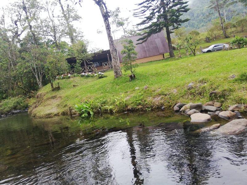 Cabaña en medio de la naturaleza, bordeado por hermoso río cristalino Más de 15 cataratas en la zona
