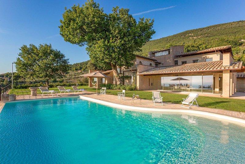 Luxury villa with stunning views, infinity pool, location de vacances à San Vitale
