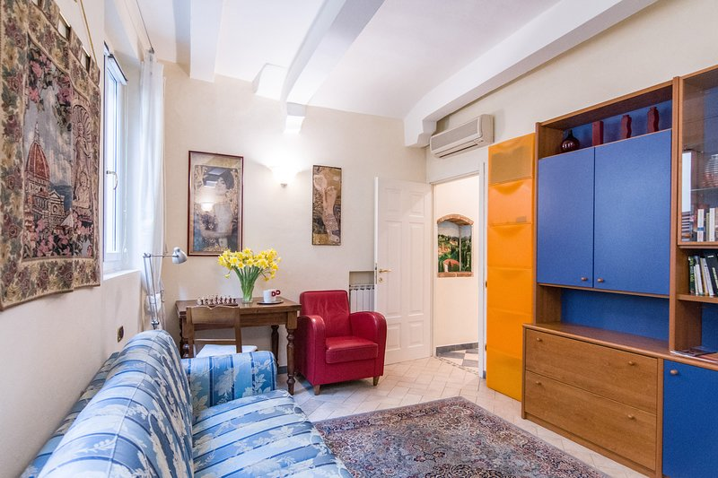 Characteristic Florence apartment on first floor of historical Palazzo, 1bedroom, vacation rental in Florence