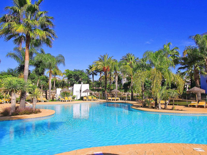 Beach front HIGH STANDARD, Internet TV,large garden and pool area, Privat Garage, holiday rental in Urb. Villas de Costalita