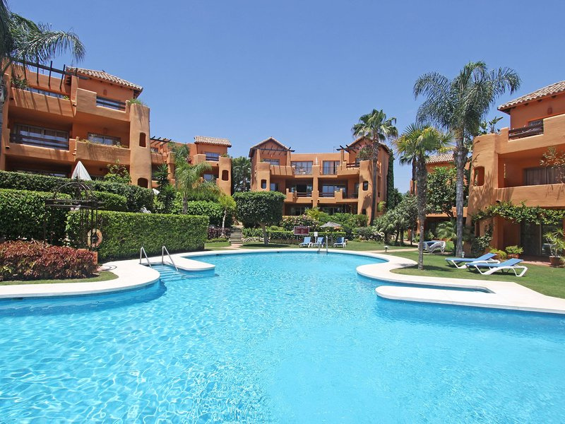 Cozy Family Apartment, amazing pool and garden area, Wifi, Smart TV, Parking,BBQ, holiday rental in Urb. Villas de Costalita
