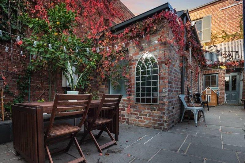 Leveson - Designer 2 Bdrm House w/ Romantic Courtyard, location de vacances à Moonee Ponds