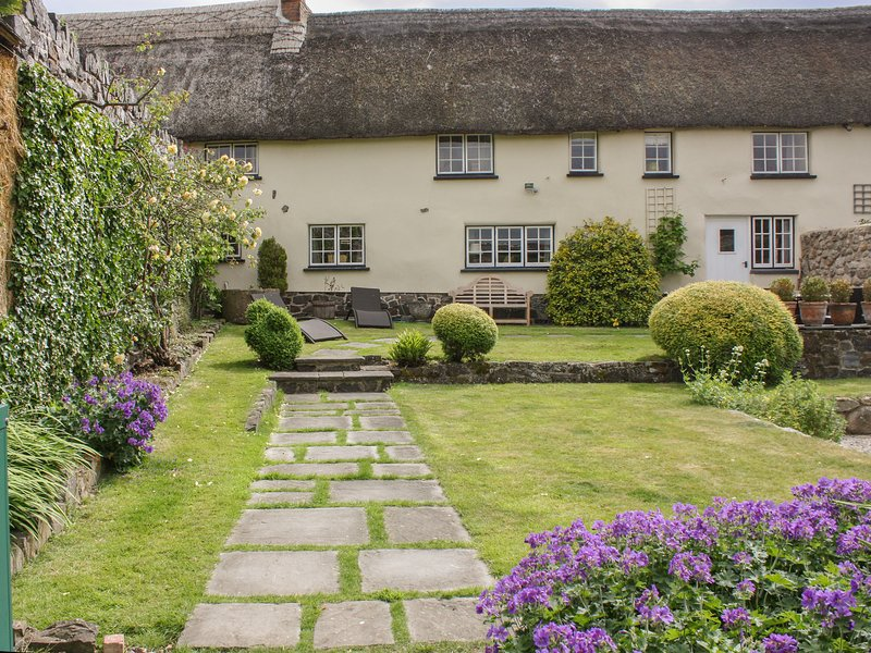 MICHAELMAS COTTAGE, thatched Dartmoor cottage with pretty garden in picturesque, casa vacanza a Dunsford