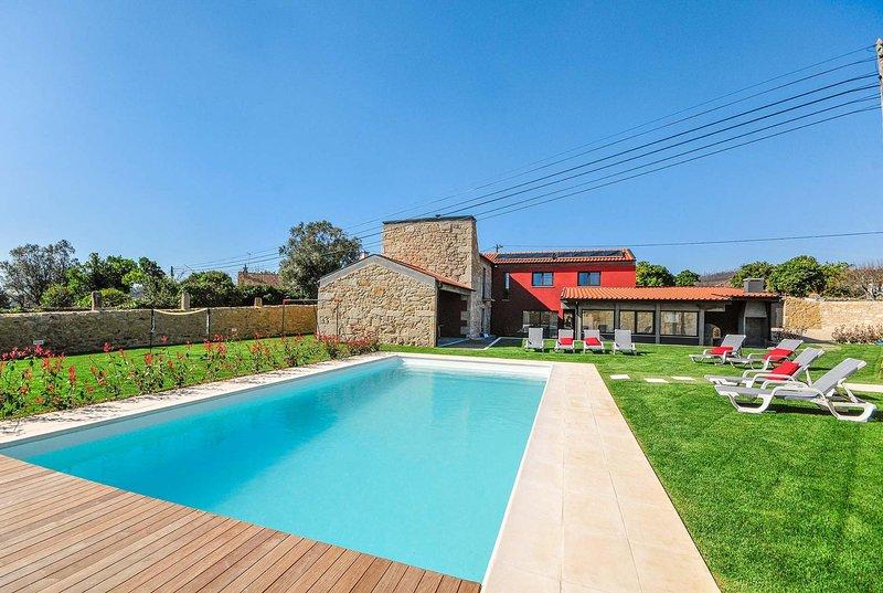 Modern farmhouse villa, spacious gardens, aluguéis de temporada em Forjães
