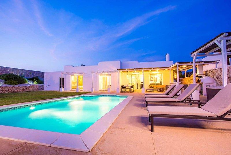 Stylish one storey villa w/ hot tub & pool., location de vacances à Ladiko
