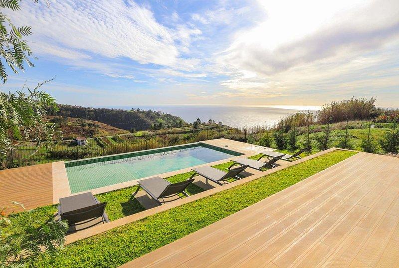 Modern villa, A/C, Netflix & games room, location de vacances à Raposeira Do Logarinho