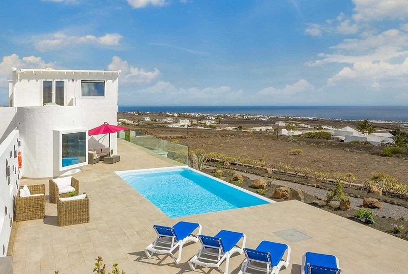 Peacful villa with beautiful sea views, Ferienwohnung in Macher