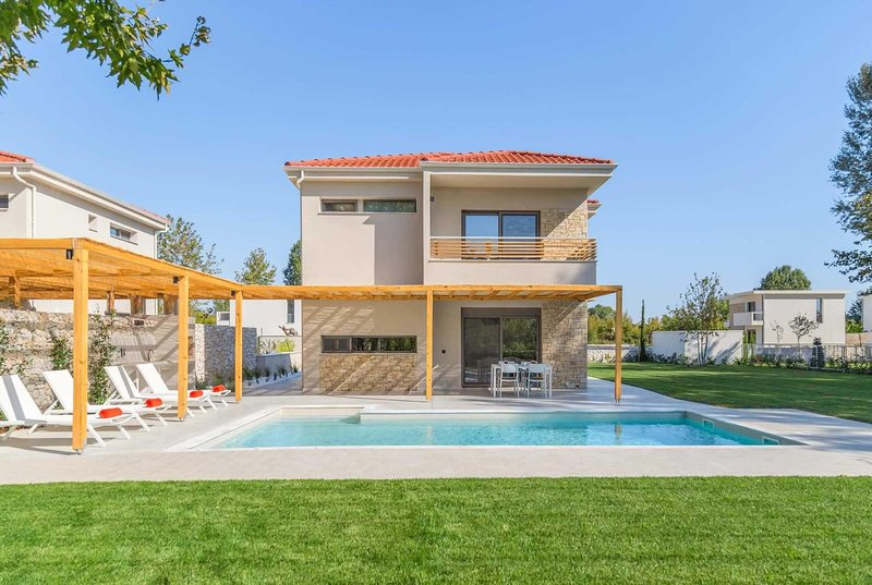 2 bedroom villa, only 200 metres to the beach, holiday rental in Olympiada