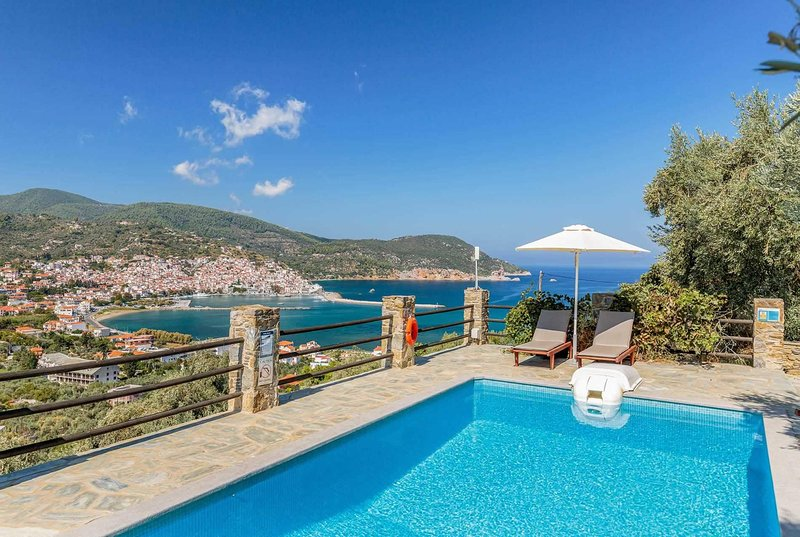 Villa in elevated position, w/ pool + harbour view, holiday rental in Stafylos