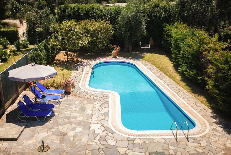 Short walk to the beach., vacation rental in Peroulion