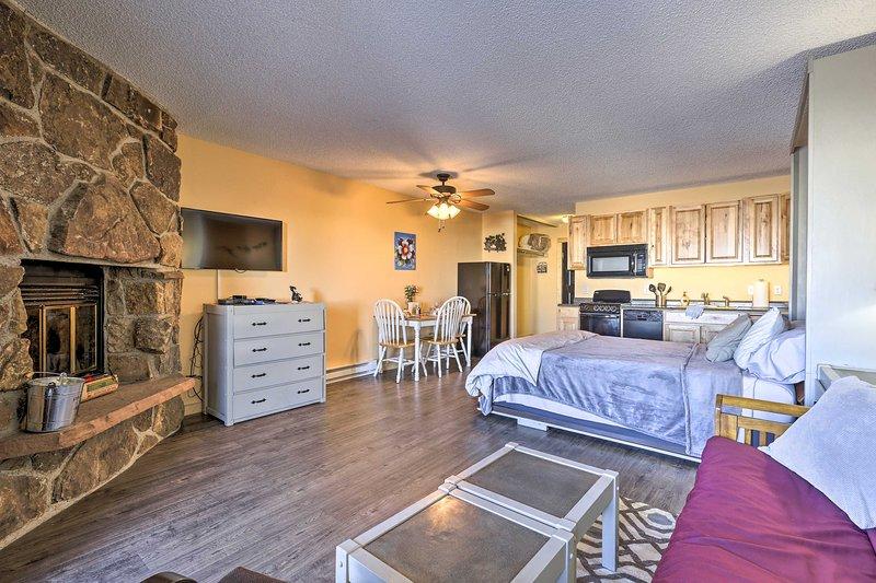 NEW! Studio w/Resort Amenities 2Mi to Granby Ranch, holiday rental in Hot Sulphur Springs