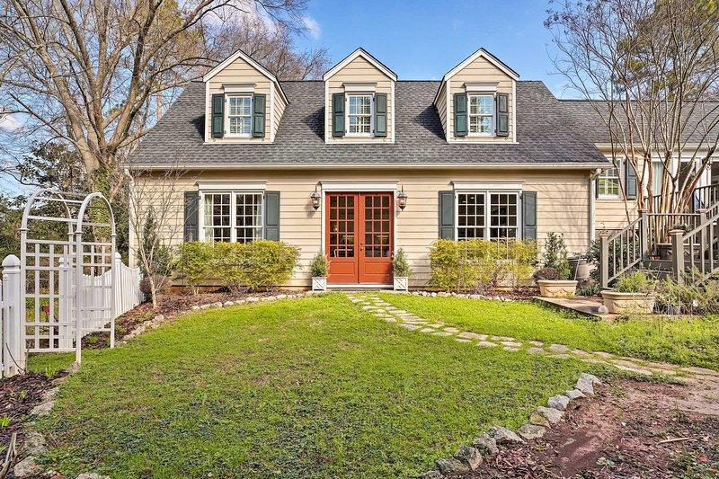 Siente la cálida bienvenida del sur a la entrada de esta encantadora casa.