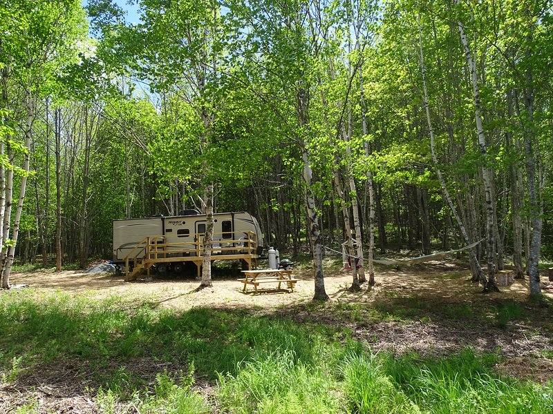 Fully appointed trailer on private lot on Urquhart's Pond, aluguéis de temporada em Isle Madame