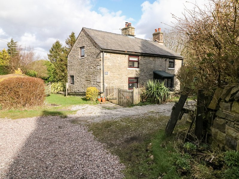 THE COTTAGE, cosy pet-friendly cottage with woodburner, WiFi and country views, holiday rental in Mossley
