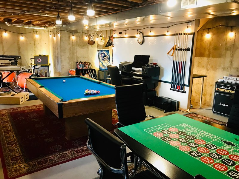 4-Bedroom Party Palace w/ Theater Room and Game Room, vacation rental in Denver