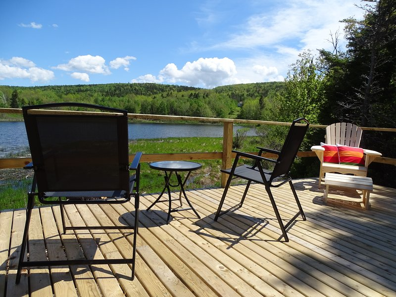 Yurt in the forest with gorgeous water views, aluguéis de temporada em Isle Madame
