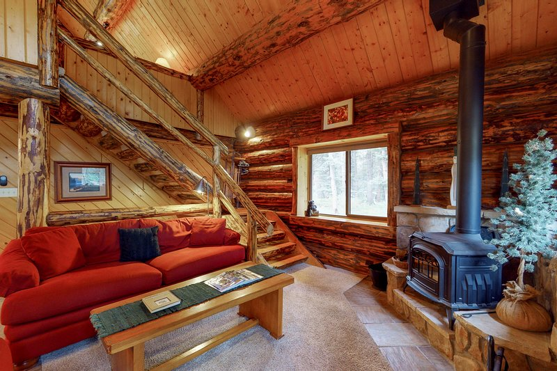 Classic log cabin w/ private hot tub - rustic mountain comfort, holiday rental in Purgatory