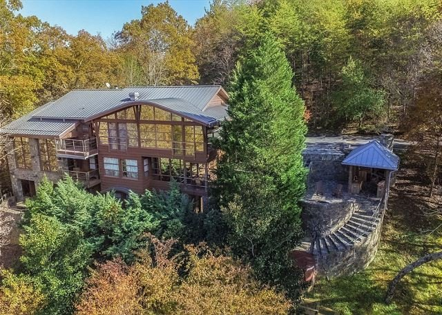 """Secluded """"Souvenirs"""" Luxury Lodge -- Lake Lure Views, Hot Tub & Boathouse, vacation rental in Lake Lure"""