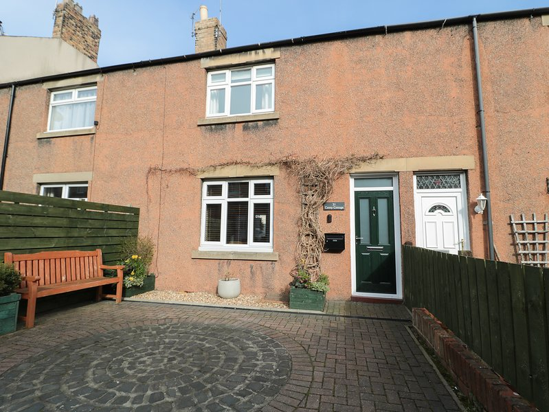 CANNY COTTAGE, mid-terrace, open plan, close to amenities in Amble, Ref 924807, casa vacanza a Acklington