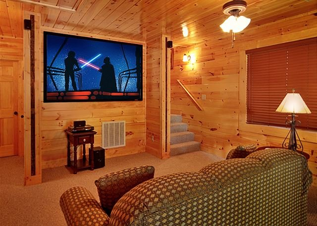 3 Bedroom with your own private Home Theater room with 8 foot theater screen, location de vacances à Gatlinburg