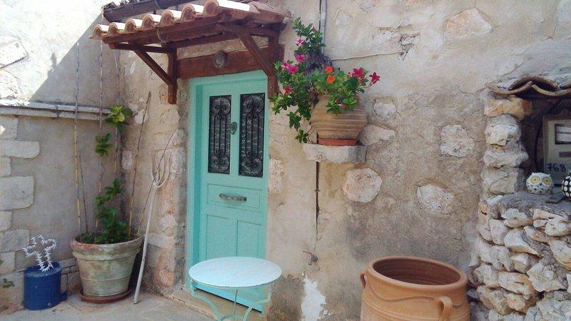 Quaint Greek Cottage, Rural Setting, Great Views, holiday rental in Varvara