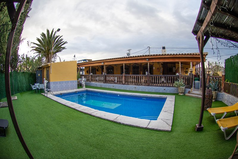 Amazing villa with swimming-pool, vacation rental in Abaran