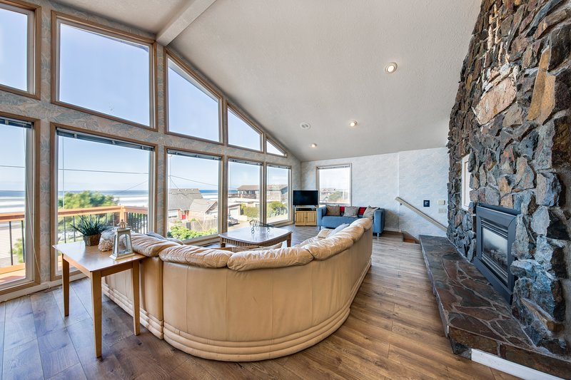 Bright home w/ private hot tub & stunning ocean views, nearby beach access!, vacation rental in Neotsu