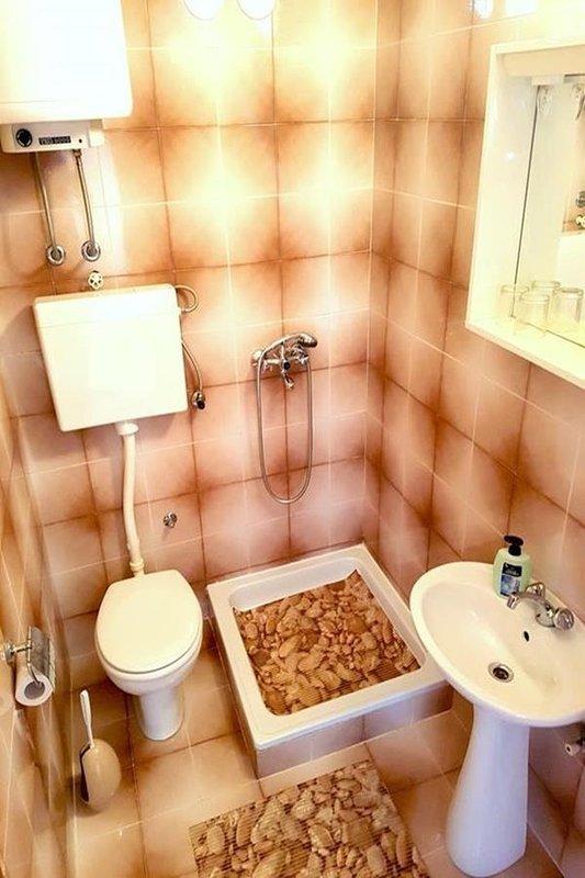 R1 (2): bagno con WC