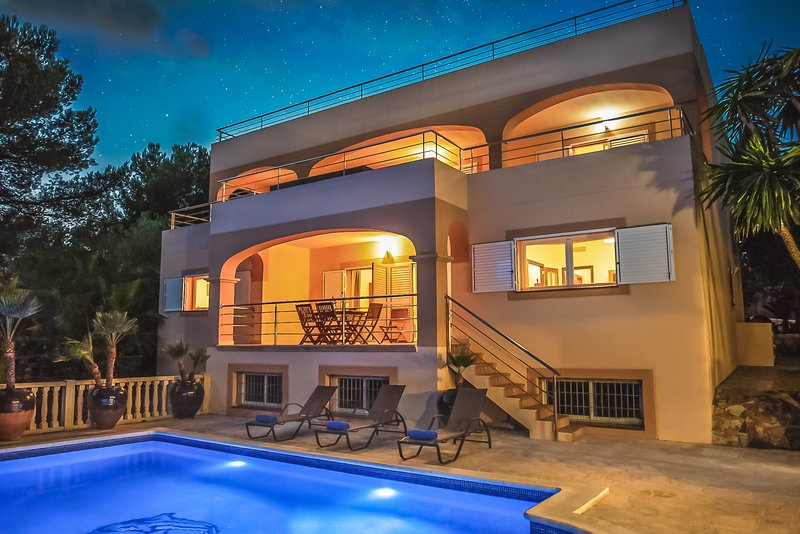 ⭐⭐⭐⭐⭐ SANITIZED VILLA with PANORAMIC MOUNTAIN VIEWS, BEACH, POOL, BESPOKE BBQ, alquiler de vacaciones en Ibiza