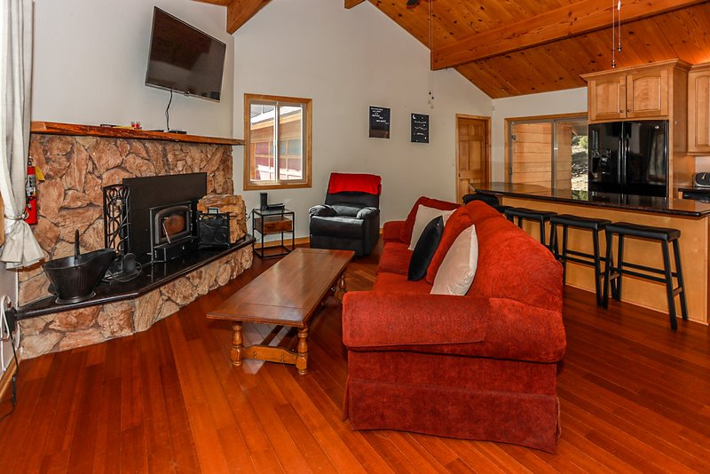 Shasta Mountain Cabin Modern Single Level 2BR Bear City Chalet, holiday rental in Lucerne Valley