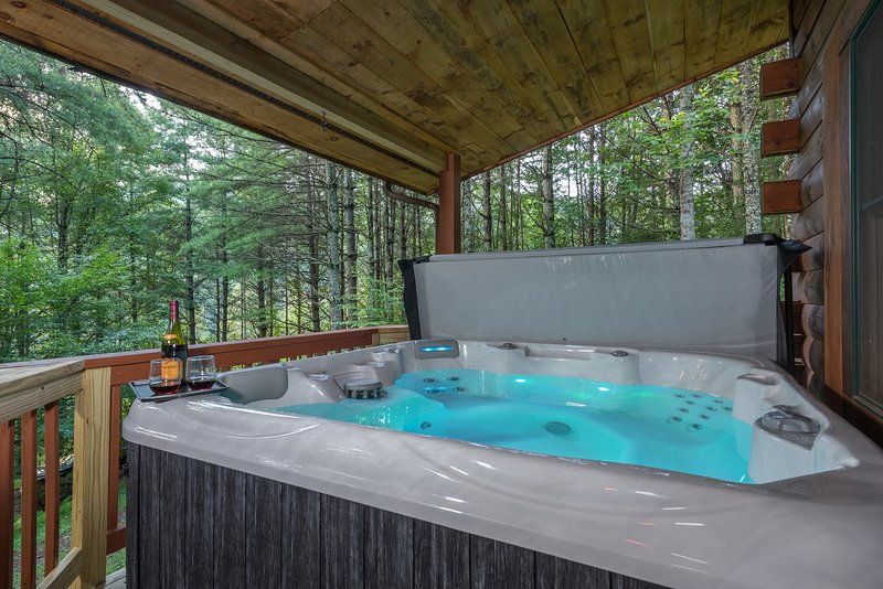 Magical Riverwalk Mountain cabin!! Hot Tub, Fire Pit, Direct River Access!!, holiday rental in Burnsville